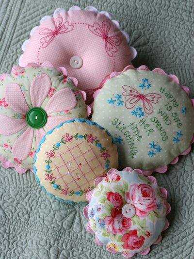 Sept 30 2008 Pretty b set and pincushions071